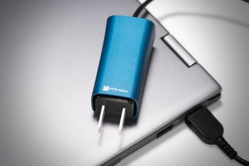 The FINsix Dart Lets You Charge Your Laptop and iOS Device