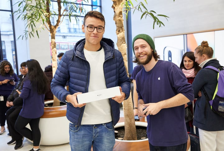 watchs3-launch-regentstreet-london-2017-customer-employees